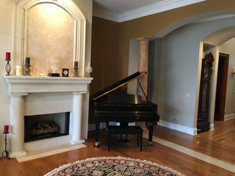 Un piano trône dans cette pièce à musique d'une villa de luxe Flordienne