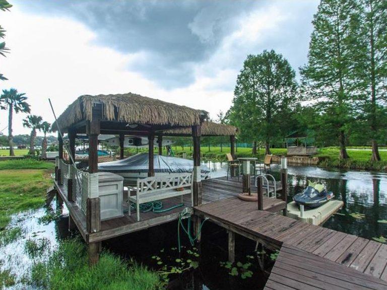 ponton typiquement Floridien sur un lac