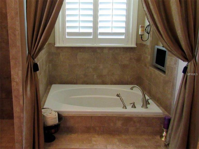grande baignoire d'une salle de bain de style romantique