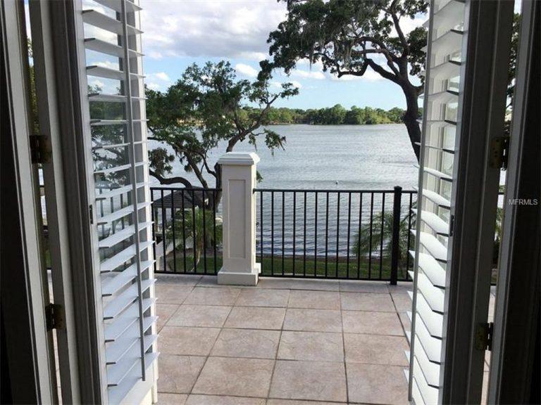 Magnifique vue d'une chambre donnant sur un lac