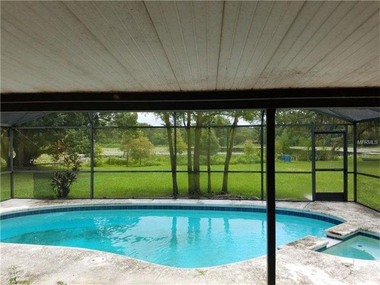 piscine privée donnant sur un jardin