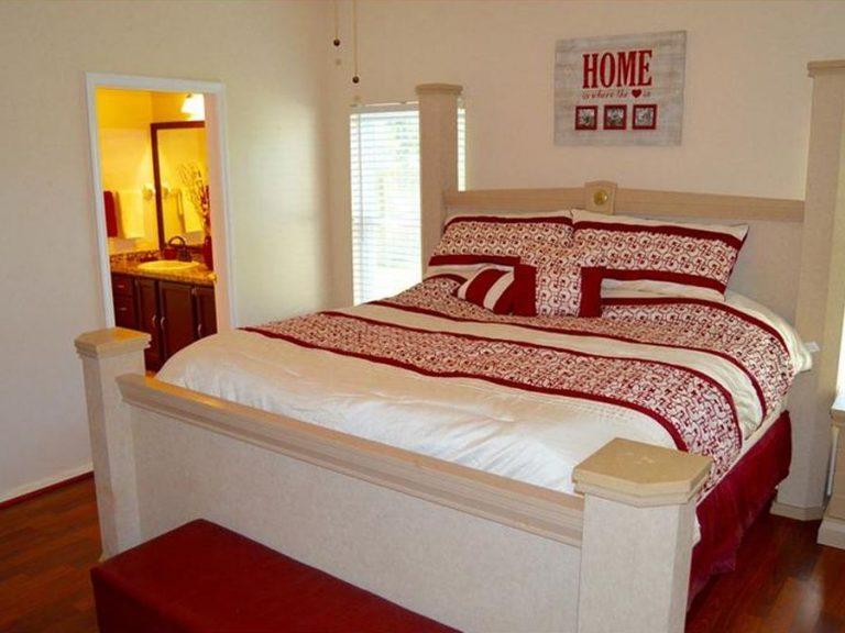 chambre dans les tons rouge et blanc avec lit king size