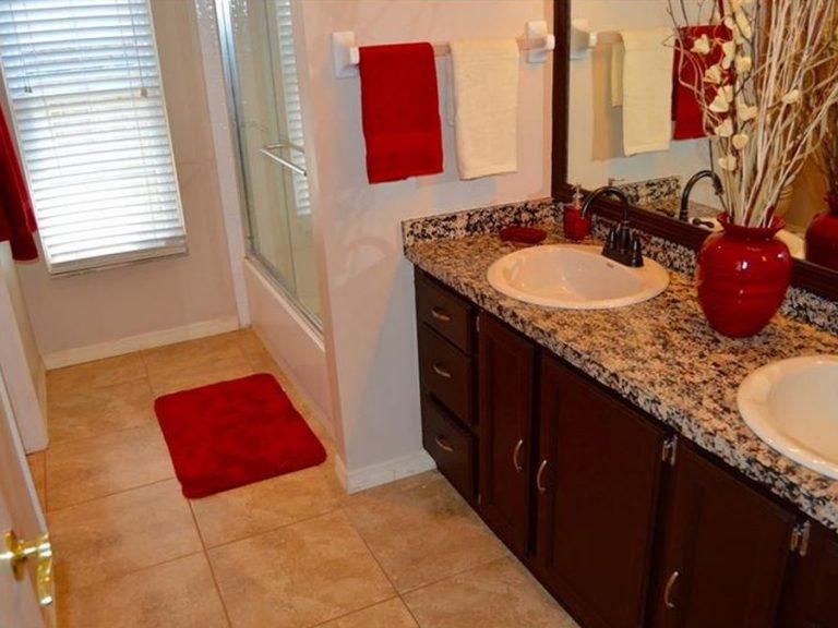 salle de bain avec marbre et deux vasques