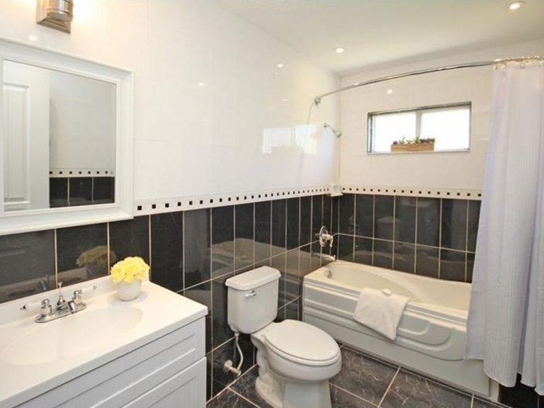 salle de bain des invités avec baignoire