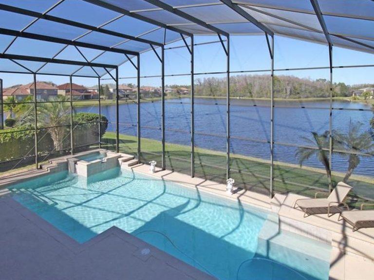 piscine privée avec vue sur le lac