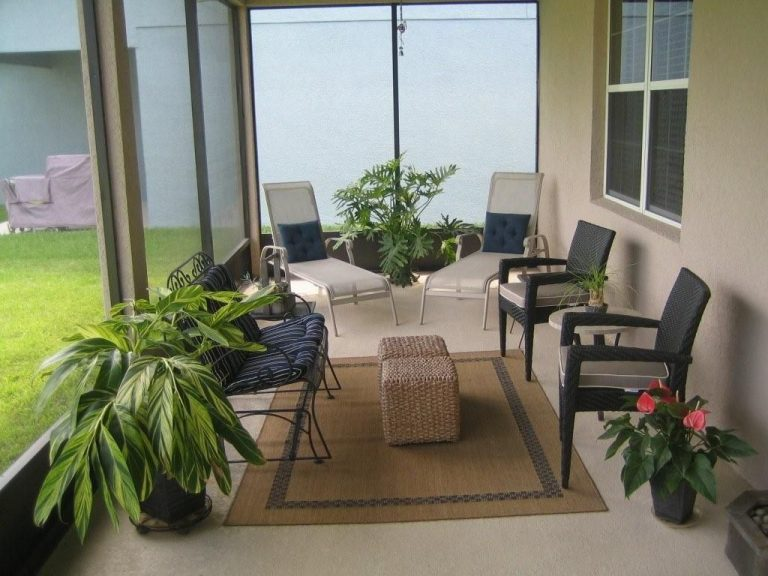 patio extérieur protégé par une moustiquaire