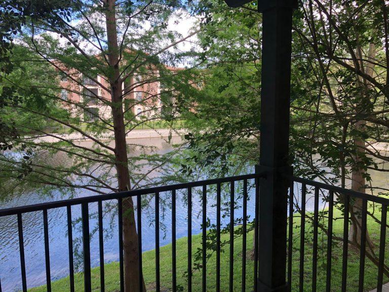 vue d'un condo à vendre en Floride donnant sur un lac