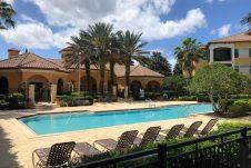 piscine d'une résidence de condos sécurisées en Floride