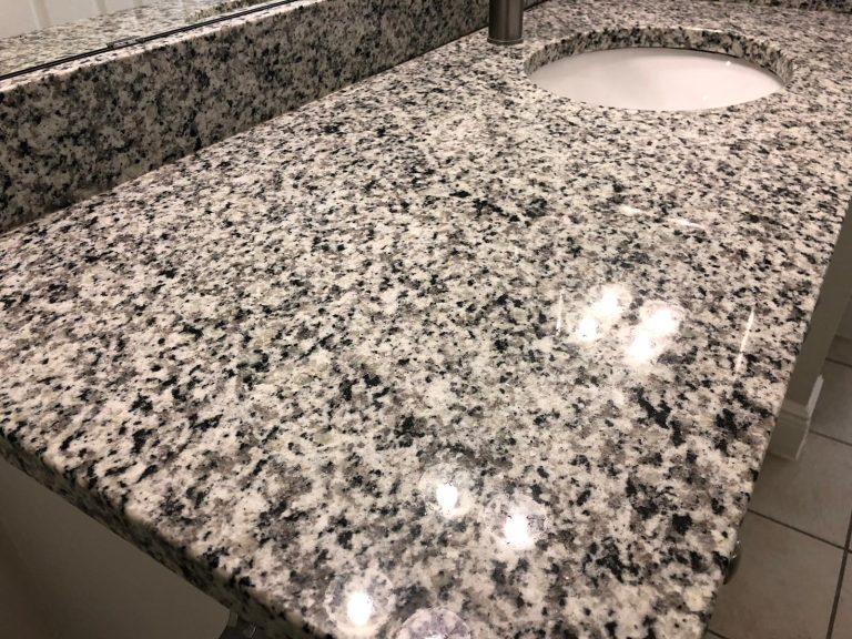 zoom sur un plan de travail en marbre dans une salle de bain