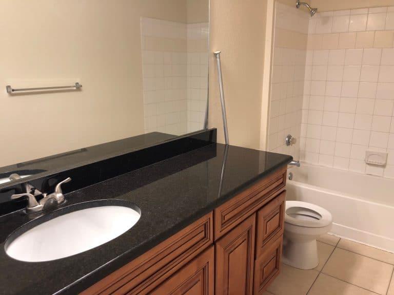 salle de bain d'un appartement en Floride refaite avec du marbre