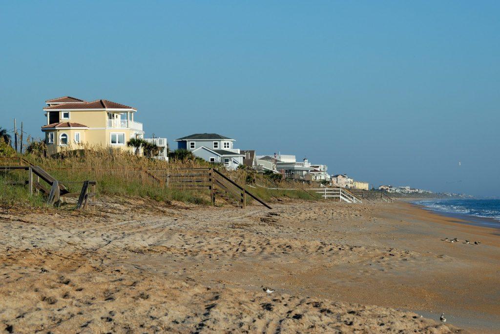 Des maisons faisant face à l'océan Atlantique sur les côtes de Floride.