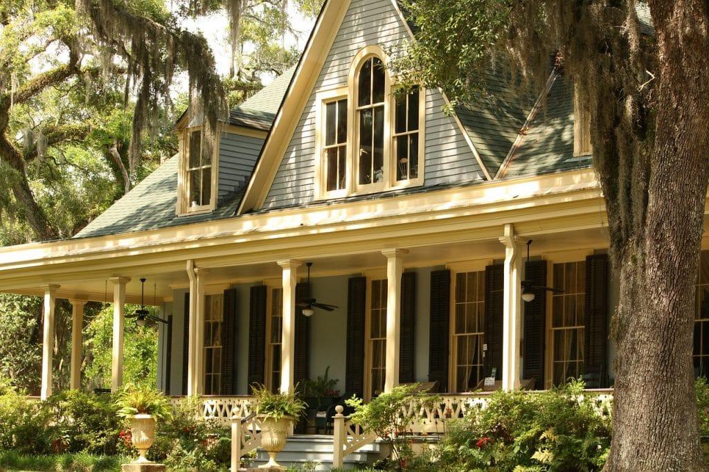 Une maison avec une architecture typique du sud des USA.