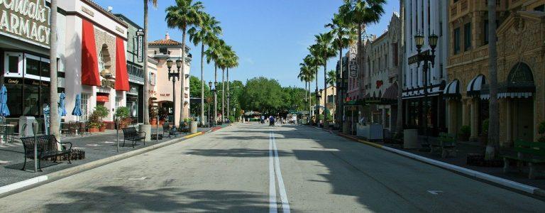 rue dans l'un des parcs d'attractions d'orlando