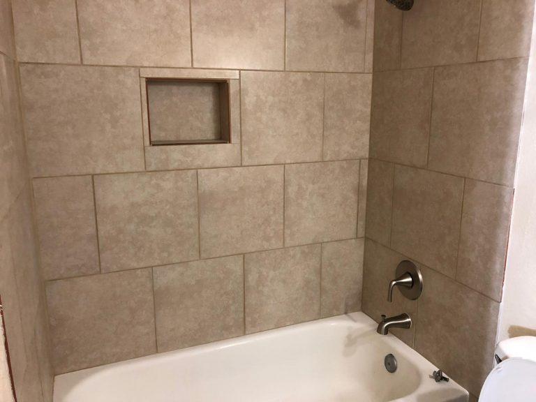 grande baignoire d'une salle de bain moderne