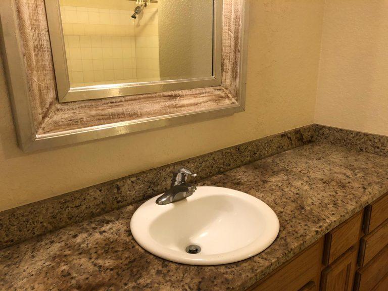 salle de bain avec une vasque et un plan de travail en marbre