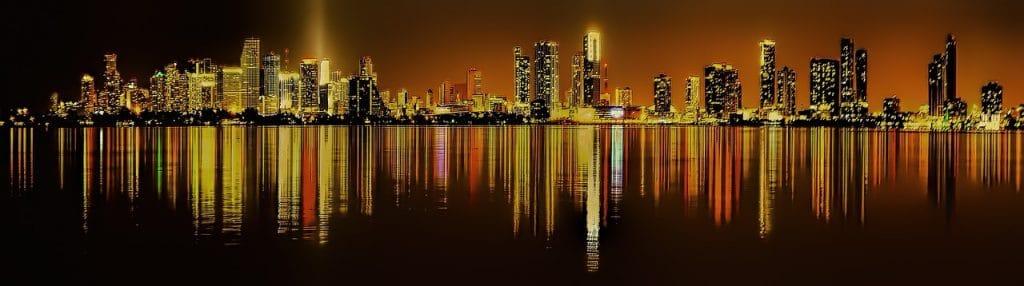 vue nocturne de Miami et de ses tours