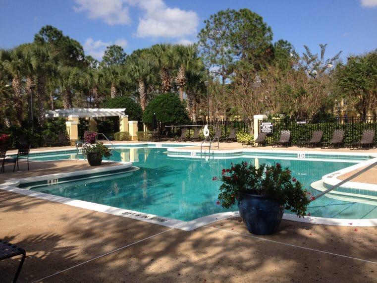 piscine commune dans une résidence d'appartements en floride