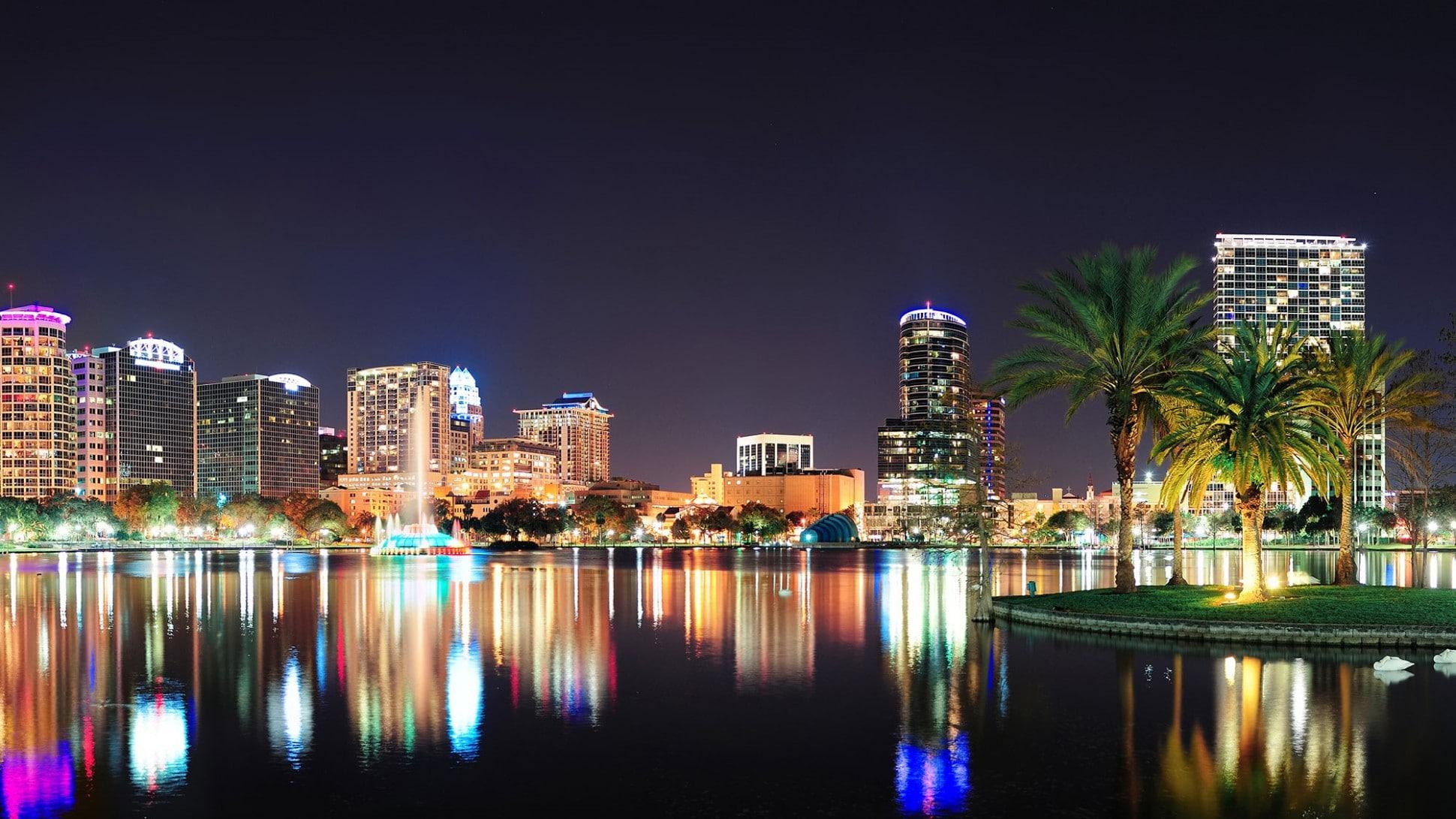 Le lac Eola de nuit, coeur du centre ville d'Orlando en Floride