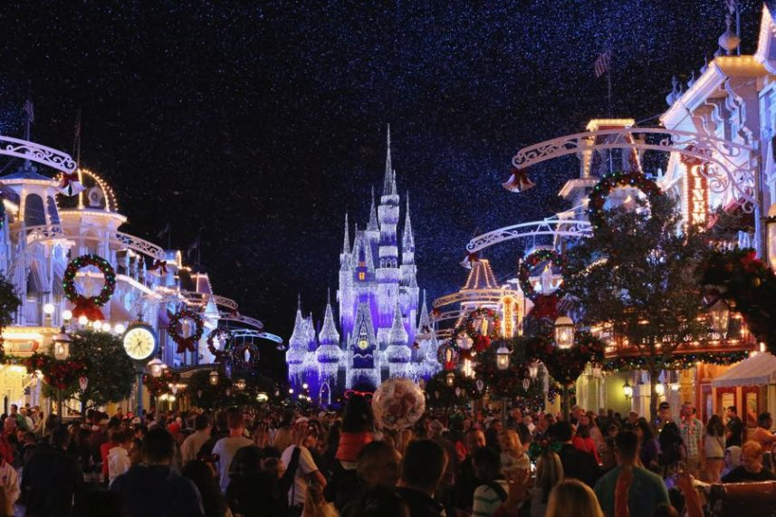 Le chateau du parc magic kingdom décoré pour noel à walt disney world à orlando en Floride