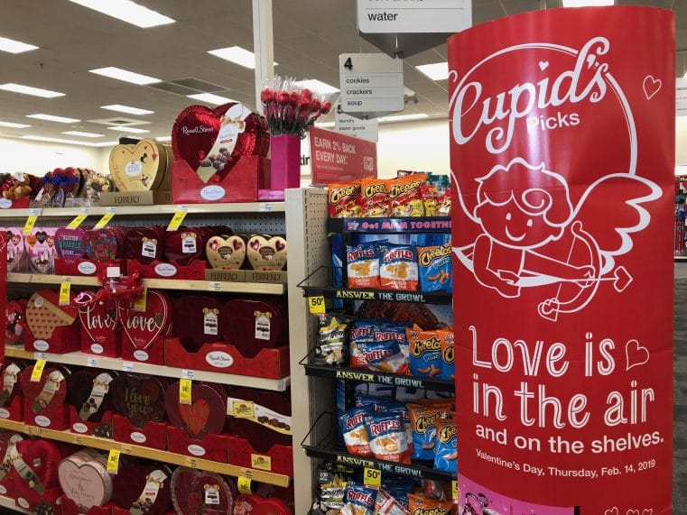 La saint valentin est importante aux USA et les magasins remplissent les rayons de produits pour l'occasion