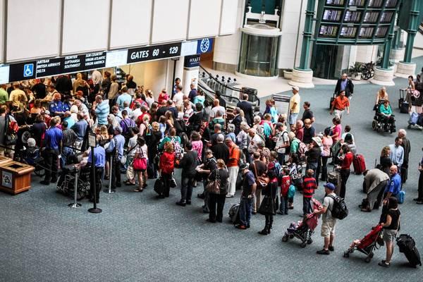 des touristes et voyageurs passant la sécurité à l'aéroport international d'Orlando