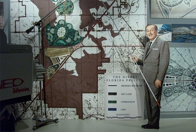 Walt Disney présentant son projet du district Disney en Floride